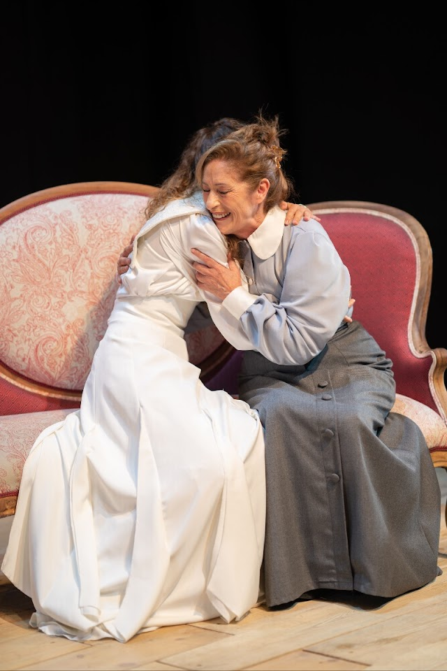 La Companyia Teatre Micalet estrena 'Les tres germanes'