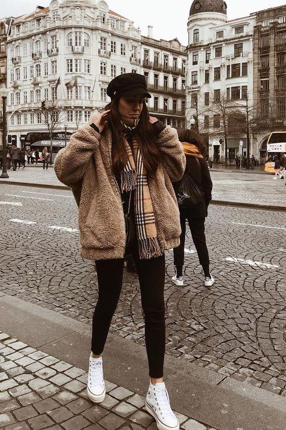 Look de inverno com casaco peluciado e all star