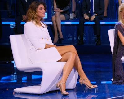 Elisa Isoardi gambe abbigliamento donna blazer bianco Isola dei famosi 7 maggio