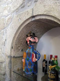 artesanato de Barcelos junto de algumas garrafas de bebidas