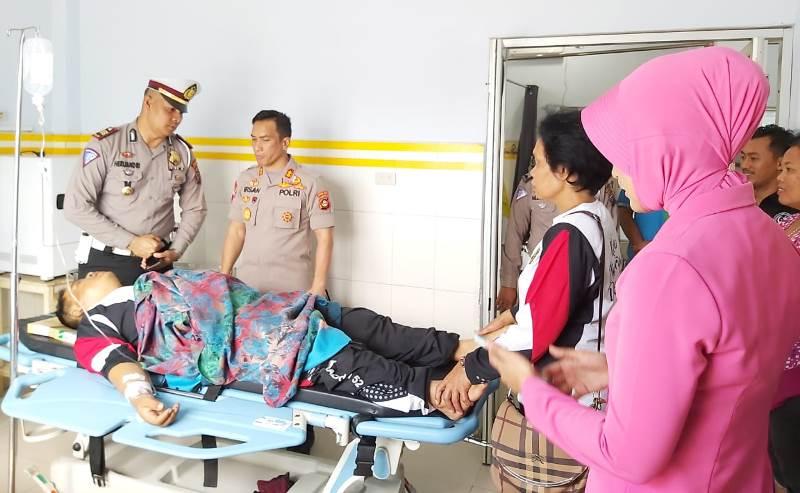 Kapolres Madina dan Istri Besuk Pemudik yang Mengalami Musibah Kecelakaan