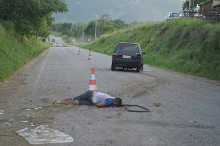 Carro capota, mata um e deixa outro ferido na tarde deste sábado (13) no interior da Paraíba