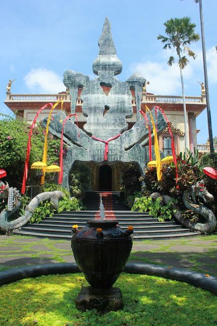 Bola-Bali 4: Museum Blanco, Tempat Prewedding Raffi-Gigi Di Bali Yang Banyak Lukisan Cewek Telanjangnya!