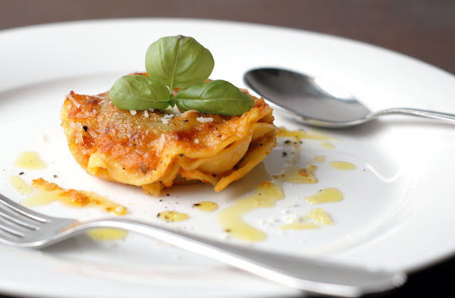 Selbstgemachte Ravioli mit Käse-Kräuterfüllung