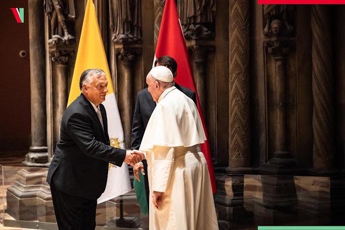 Orbán Viktor közös képet posztolt a pápával, őrjöngenek a kommunisták az oldalán