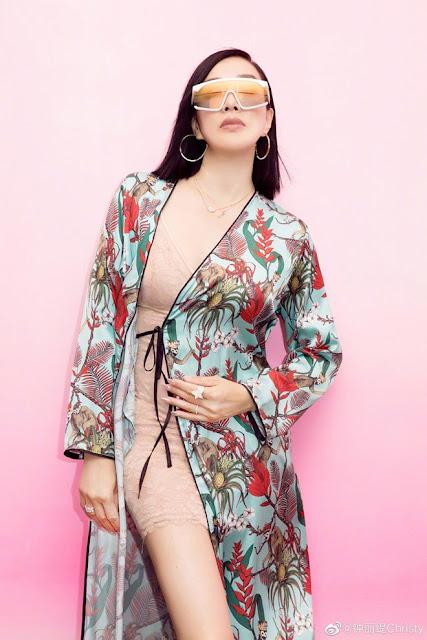 Bom sex gốc Việt mặc váy mỏng như đồ ngủ khoe thân hình gợi cảm ở sân bay