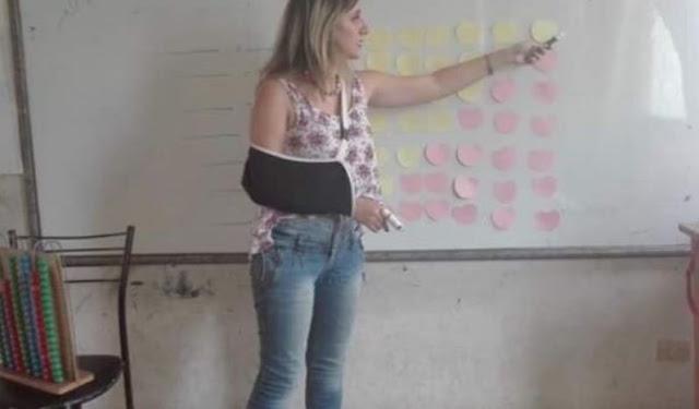 رغم إصابتها بكسر في يدها معلمة سورية تواصل عملها وترفض الإجازة