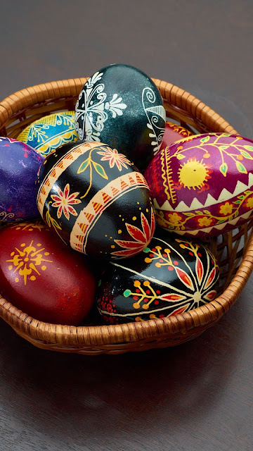 Screen background of free colorful easter eggs in basket