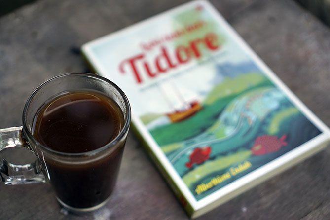 Segelas kopi dan buku