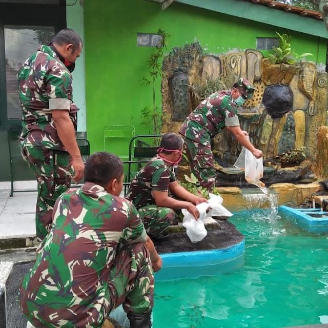 Danramil12/Manisrenggo Taburkan Benih Ikan Terapi Di Taman Desa
