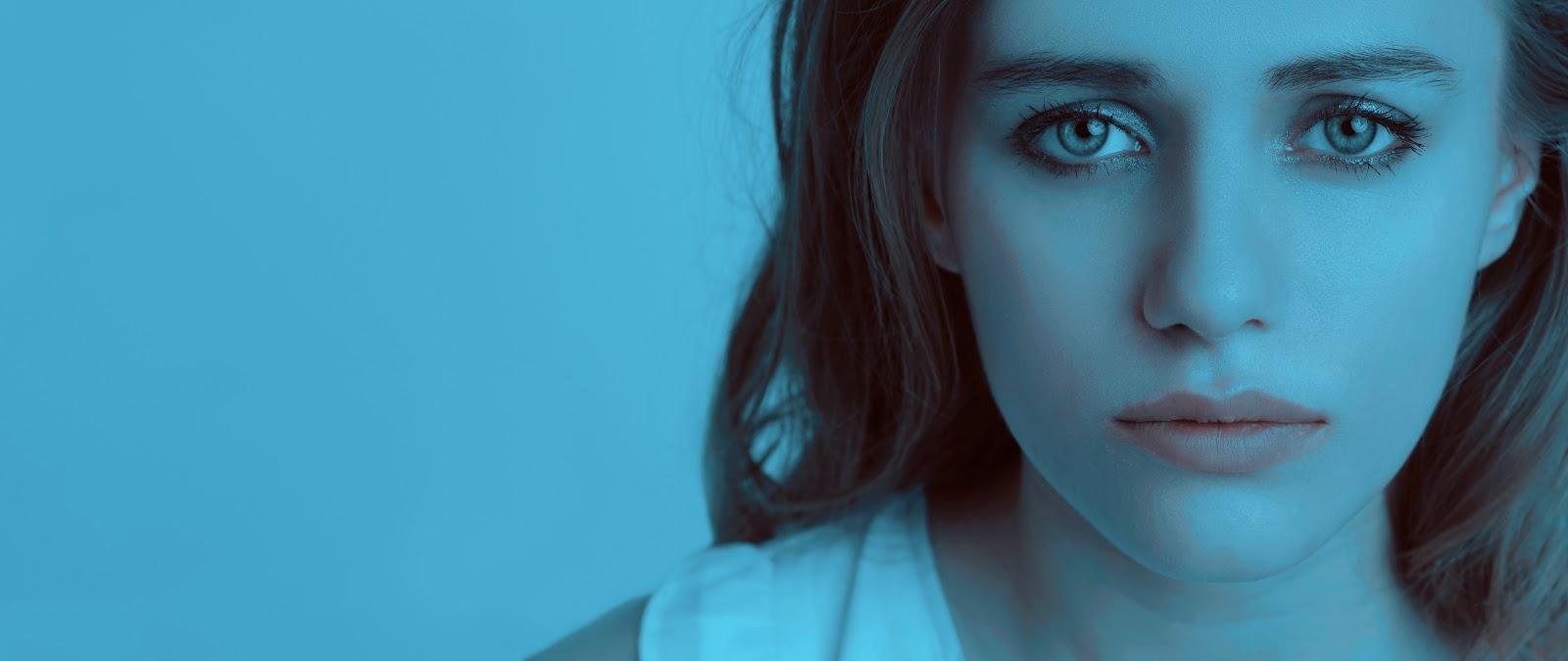 青い雰囲気の中の悲しい少女の顔