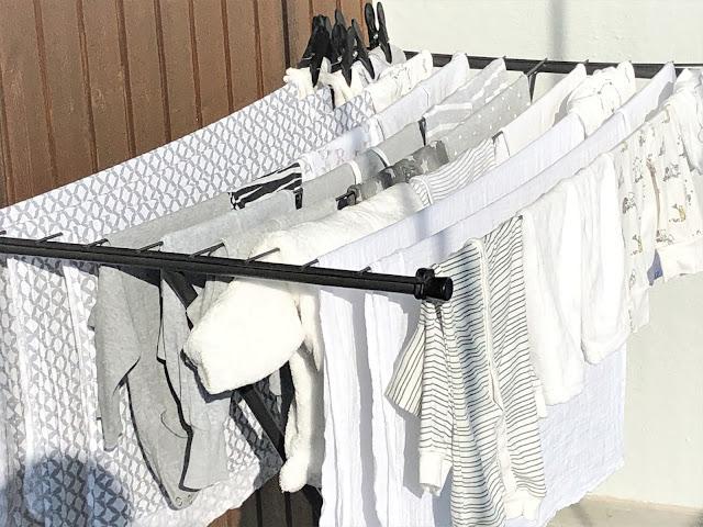 luonnonmukaisesti pesty pyykki kuivumassa parvekkeella