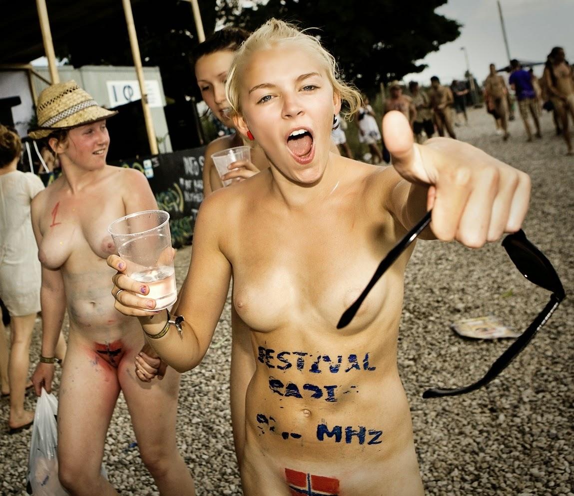 Голая девушка на фестивале никто обращал