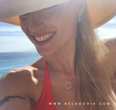 Vemos a Michelle hunziker en bikini en la playa, lleva brazalete tribal