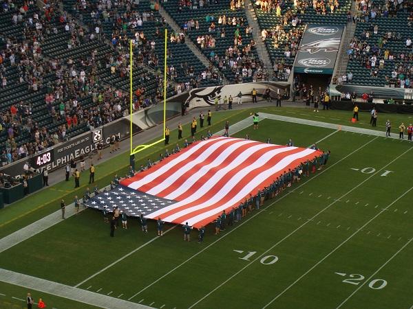 Amerikanische Fahne beim Football zur Nationalhymne vor dem Spiel