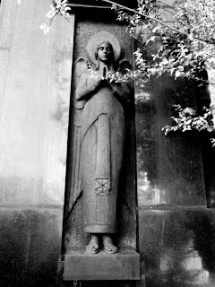 Imagem de Santa em Jazigo no Cemitério da Consolação - São Paulo