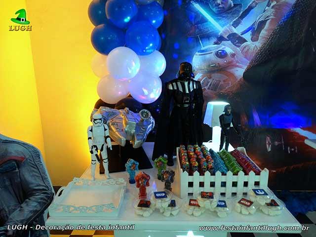 Mesa decorativa para o bolo de aniversário com o tema Star Wars - Festa infantil