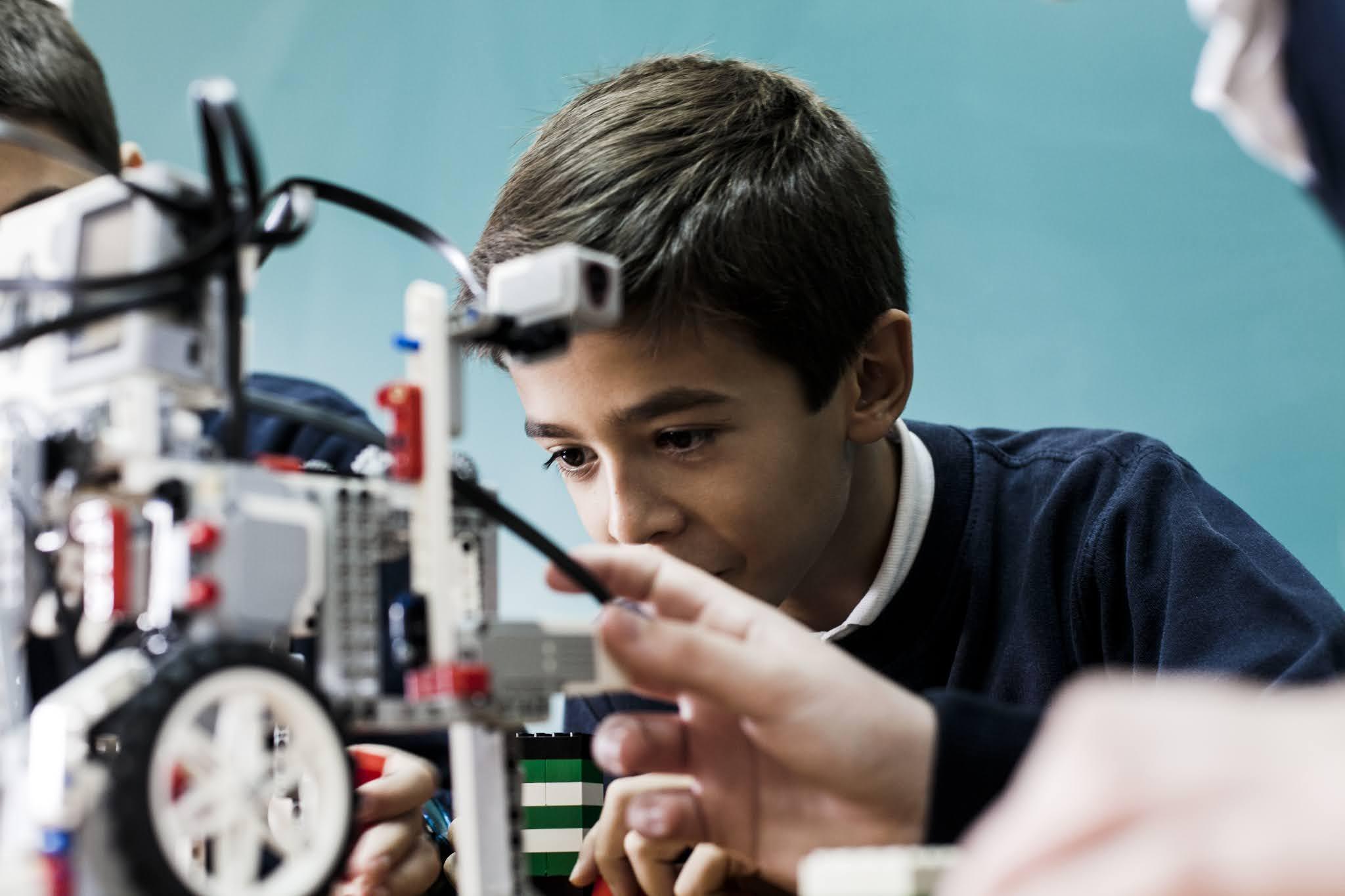 beneficios-de-la-robotica-creatividad-habilidades-robot-hijos-aprender-ia-inteligencia-artificial-ensenar-robotica-educacion-educativarobotics--grupoeducativa-lego-duplo-arduino-ninos-ninas-adolescentes-jovenes-cursos-clases-talleres-arequipa-peru