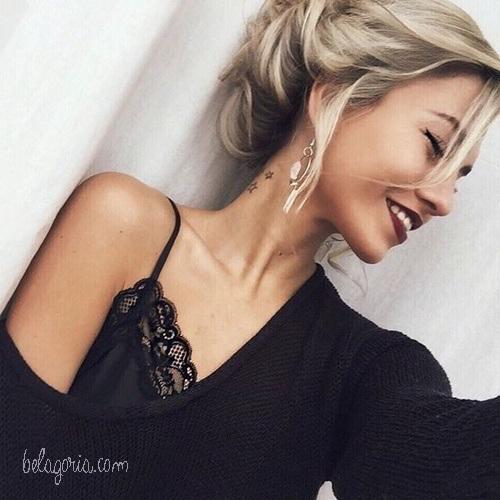 Vemos la imagen de una mujer con tatuaje de estrellas en el cuello