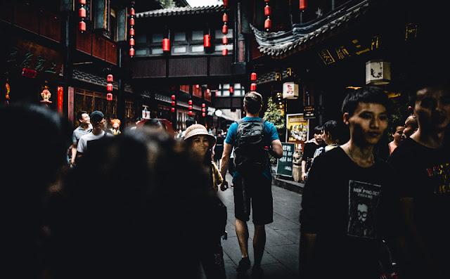 homem andando china