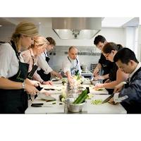 Offrir des cours de cuisine avec un grand chef.