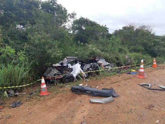 Três morrem após batida entre carro e caminhão em Cândido Sales; veículo ficou destruído