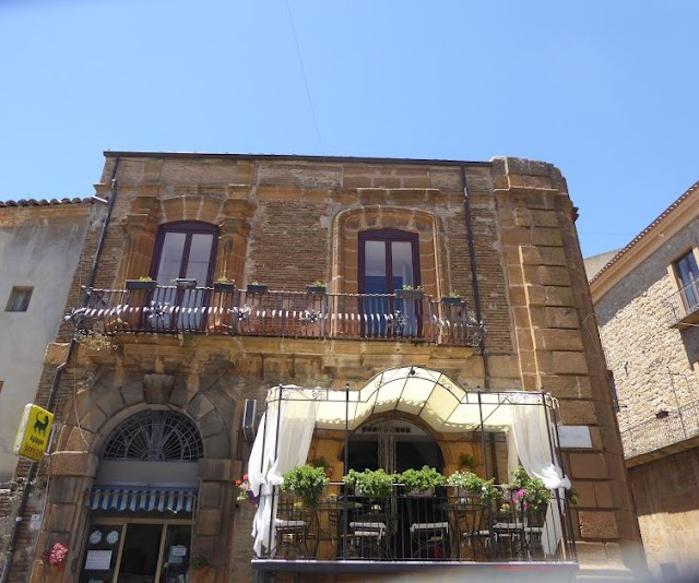 edificio in piazza garibaldi a piazza armerina
