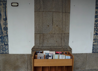 livros e azulejos na Biblioteca Municipal do Porto