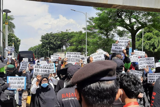 Massa Simpatisan Habib Rizieq Masih Bertahan, Polisi Ancam Swab Test