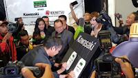 Gambar seketika perasmian minyak pelincir oleh Kawasaki