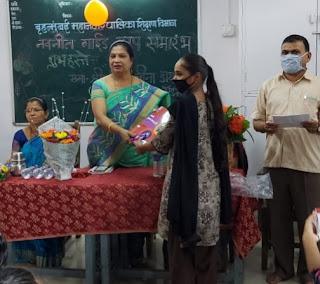 #JaunpurLive : मनपा बच्चों को वितरित की गई मुफ्त गाइड