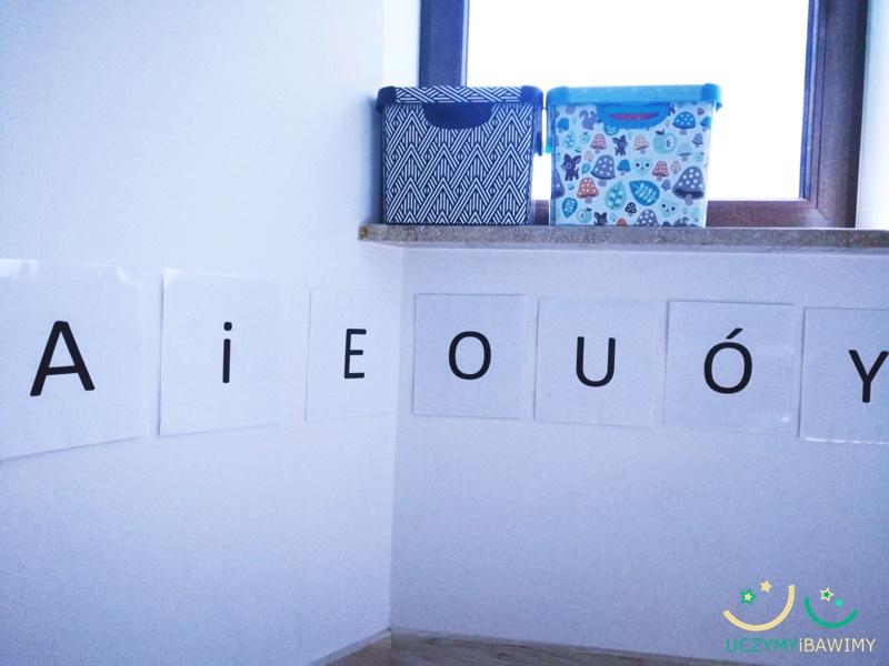 Dziecko poznaje litery