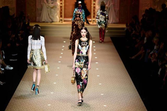 foto de desfile de moda plateia ao fundo