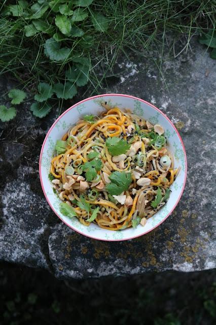 Sobanudeln mit Zucchini und Erdnusssauce