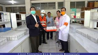 Penyerahan Handsanitizer dari Dekan FMIPA UM kepada Koordinator Satgas Covid-19 UM