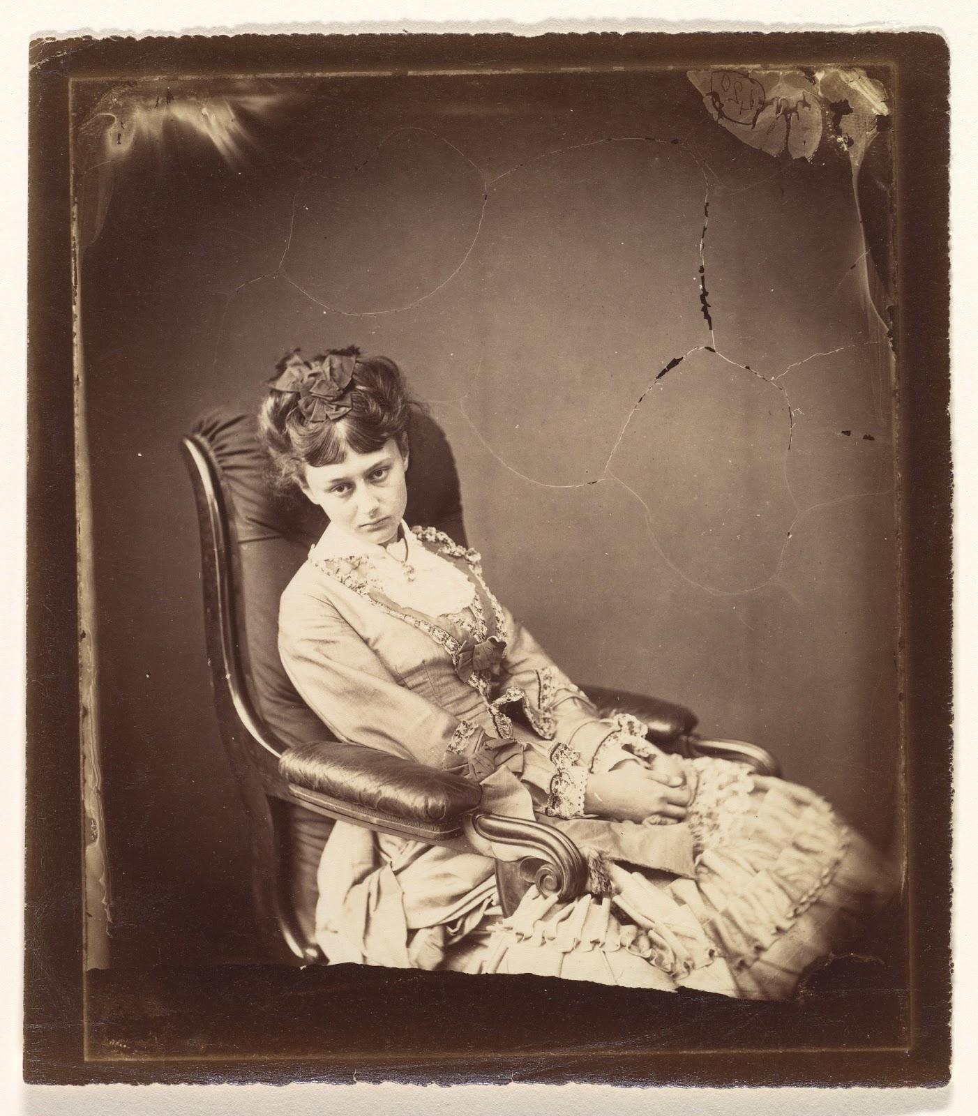 ルイス・キャロルの椅子に腰掛けた十八歳のアリス・リデルの最後の肖像写真