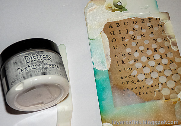 Layers of ink - Texture Paste Tag Tutorial by Anna-Karin Evaldsson. Distress Crackle Paste.