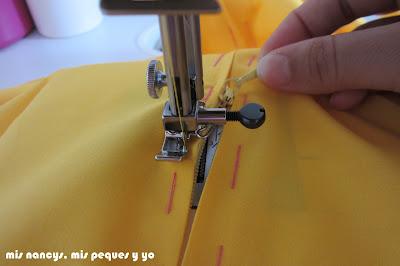 mis nancys, mis peques y yo, tutorial DIY funda de cojín sencilla con cremallera y volante, abrir cremallera