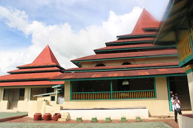 15 Tempat Wisata Terkenal yang ada di Maluku Utara -Masjid Sultan Ternate