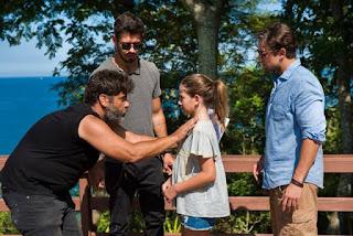 O diretor artístico Pedro Vasconcelos dirige Clara Galinari, João Vicente de Castro e Rafael Cardoso na cena do encontro entre Alain e Daniel