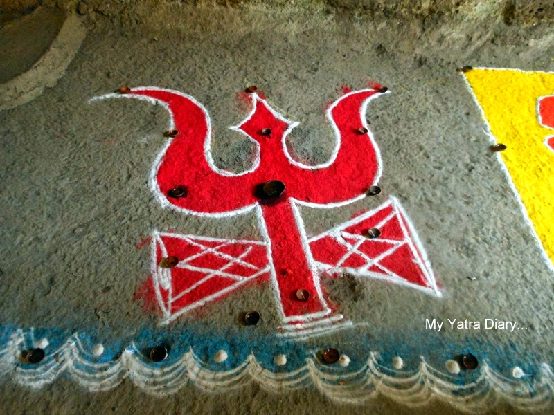 Rangoli of trident at the Jogeshwar Mahadeo temple during Shravan, Mumbai