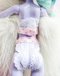 , Barbie, Барби, белье кукольное, гардероб кукольный, трусы, шорты, белье для кукол, из кружева, из гипюра, , для Барби, для кукол, из ткани, мастер-класс, одежда кукольная, пижама, свитер, своими руками, текстиль, шитье, шитье для кукол, трусы для куклы, трусы для Барби, трусы кружевные,белье нижнее, белье кружевное, Fashion Royalty, бельё, белье для Fashion Royalty, кружево, мастер-класс, одежда, одежда кукольная, одежда на Fashion Royalty, трусы, трусы для куклы, шорты, шорты для куклы, Monster High, бельё, белье для Monster High, кружево, мастер-класс, одежда, одежда для Monster High, одежда кукольная, трусы, трусы для куклы, шорты, шорты для куклы, из носков, из трикотажа,http://prazdnichnymir.ru/ Нижнее белье для куклы Monster HighBarbie, Барби, белье кукольное, гардероб кукольный, трусы, шорты, Одежда для Барби и других кукол своими руками. МК и советы, В стиле 70-х: наряды для Барби, Вязаная одежда для кукол — фото-идеи, Демисезонное пальто для Барби, Идеи красивой одежды для кукол, Колготки для куклы Барби, Кружевной бюстгальтер и стринги на Барби. Фото МК, Нижнее белье для Барби из трикотажа, Пижама для Барби из трикотажа, Свитерок для Барби из перчатки — 2 модели, Трикотажное платье для Барби из носка, Трикотажный джемпер для Барби, русики-шорты для куклы, Шикарные наряды для кукол — фото-идеи, как сшить одежду на Барби, платье на куклу Барби выкройки, одежда на кукол монстр хай своими руками, одежда на кукол своими руками мастер класс с фото, одежда на кукол своими руками пошагово, из чего можно сшить одежду для кукол, кукольный гардероб, Белье для кукол своими руками. Мастер-классы и советы, как сшить юбку для куклы своими руками, как сшить платье на куклу, своими руками, как сшить нижнее белье на куклу своими руками фото пошагово, как сшить колготки на куклу, как сшить кукольное нижнее белье, как сшить пальто на куклу барби, выкройки кукольной одежды, пошив кукольной одежды, вязанная одежда на кукол, как связать одежду на кукол, Балетный винта из бумаг