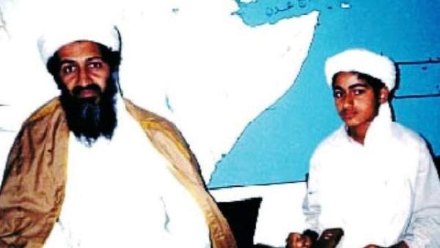 Bin Laden junto su hijo Hamza en una imagen de archivo