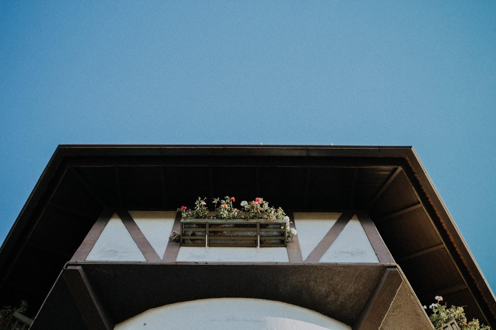 Serra Gaúcha: Um pouquinho de Nova Petrópolis - Essas fotos acima foram feitas logo na entrada da cidade, na Central de Informações Turísticas logo no pórtico de Nova Petrópolis.  Essa torre tem um estilo medieval, é aberta ao público e oferece informações sobre a cidade. Quem tiver um tempo para parar um pouco por lá, não pode deixar de subir a escadaria para o topo da torre - são 80 degraus, que levam ao topo da torre de 25 metros de altura. Mas, como era logo cedo, nós não entramos, mas deve ser bem legal a vista da cidade lá de cima da torre .