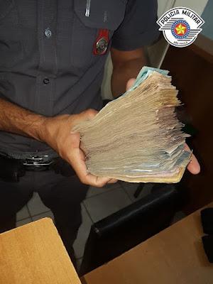 POLÍCIA MILITAR PRENDE DUPLA COM GRANDE QUANTIA EM DINHEIRO DO TRÁFICO DE DROGAS