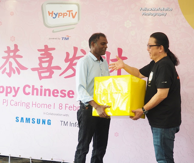 Jeremy Kung, HyppTV Executive Vice President, New Media, TM presenting donation to Mr Uthaya Perumal, Founder of PJ Caring Home