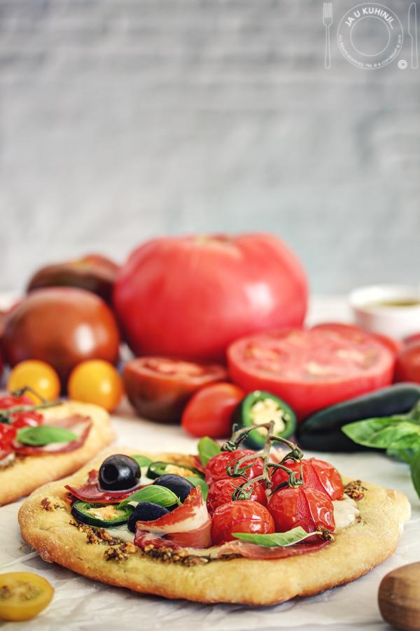 Pesto pizza sa paradajzom i mozzarellom