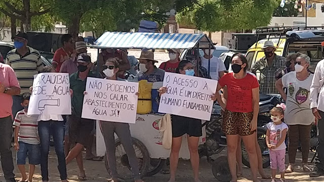 Caraubenses saem as ruas para cobrar melhorias no abastecimento de água de Caraúbas
