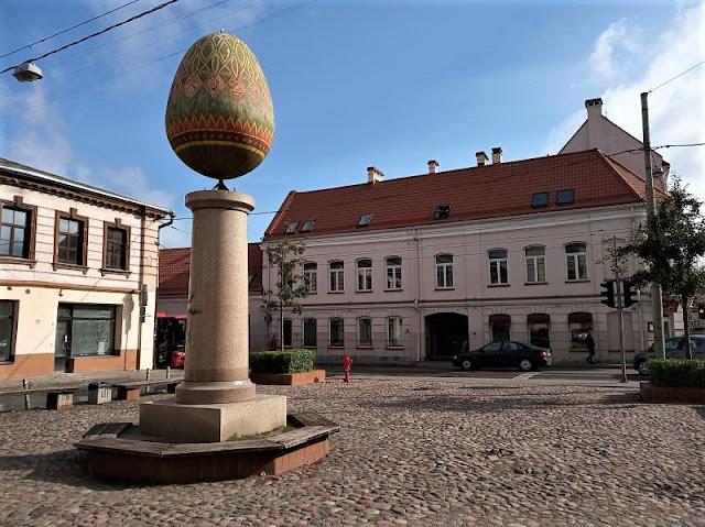 scultura margutis nel centro storico di vilnius