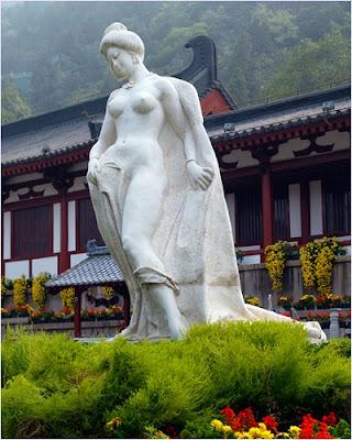 รูปปั้นหยางกุ้ยเฟยในอุทยานน้ำพุร้อนหัวชิงฉือ (Huaqing Hot Springs)